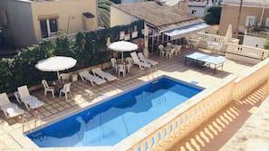 季節性室外泳池;09:30 至 20:00 開放;泳池傘、躺椅