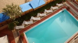 Piscina stagionale all'aperto, ombrelloni da piscina, lettini