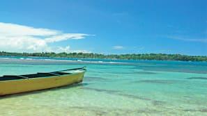 Plage, voile, kayak, navigation en bateau à moteur