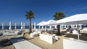 Sulla spiaggia, lettini da mare, ombrelloni