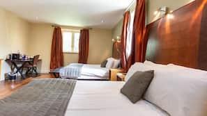 Hypo-allergenic bedding, minibar, desk, iron/ironing board