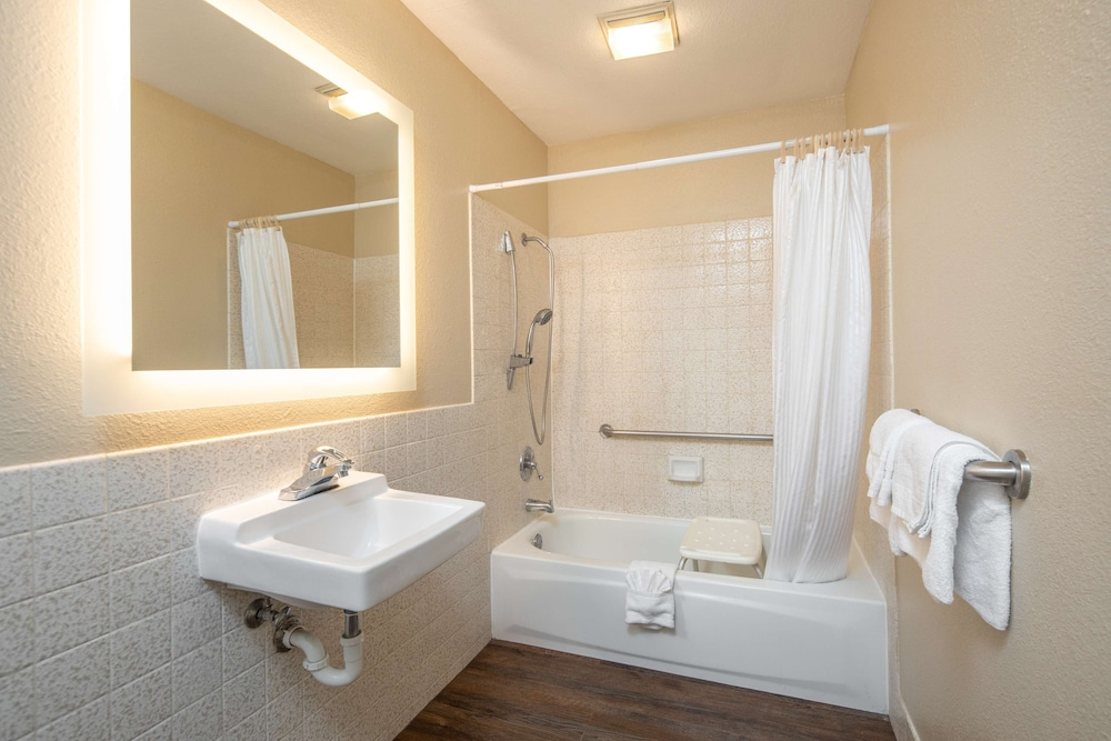 Bathroom, SureStay Hotel by Best Western Fairfield Napa Valley