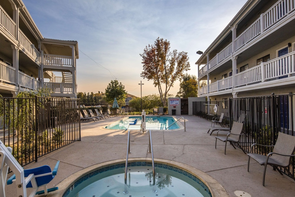 Outdoor Pool, SureStay Hotel by Best Western Fairfield Napa Valley