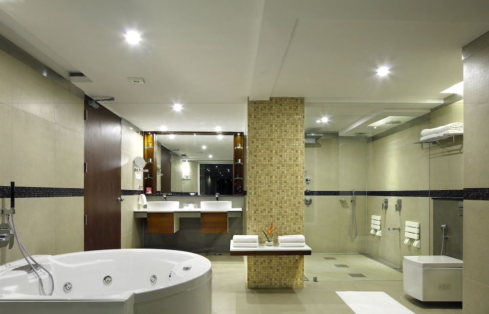 Bathroom, Ramada Resort by Wyndham Kochi