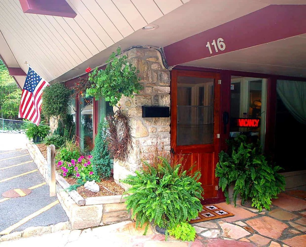 Property Entrance, Cliff Dwellers Inn