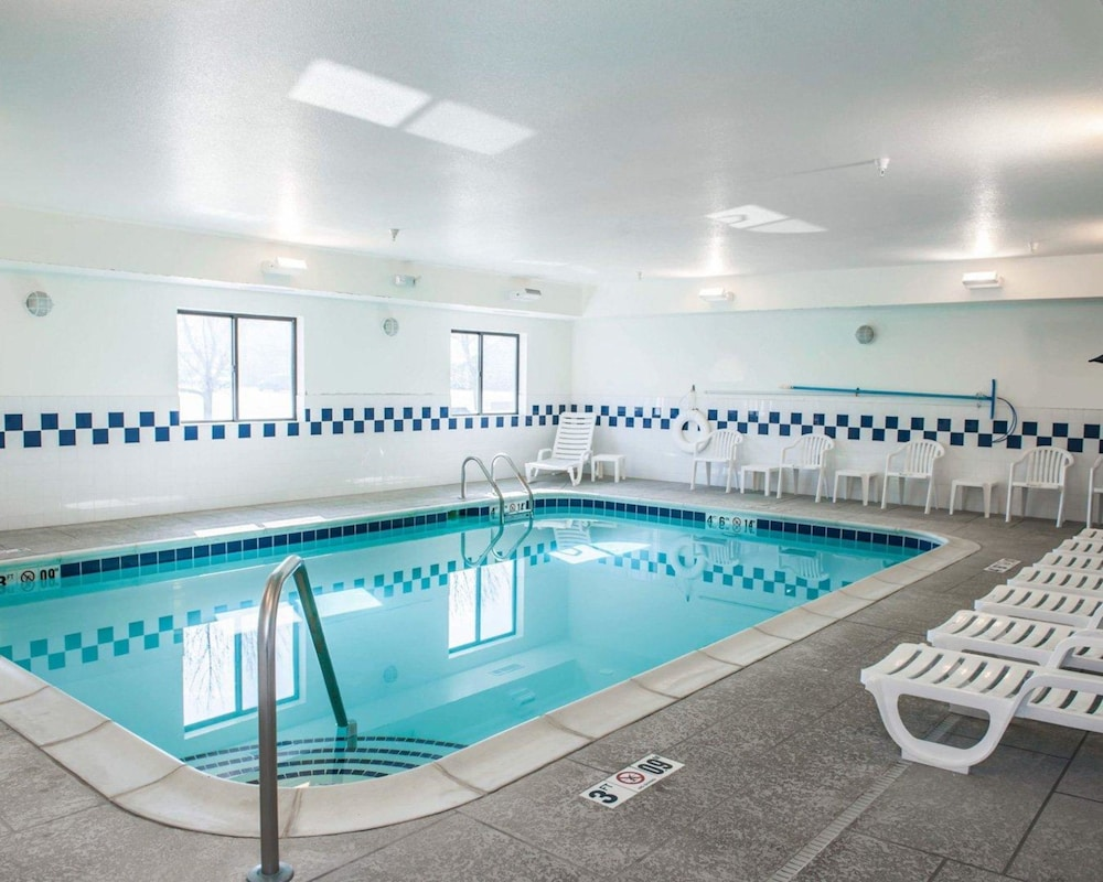 Pool, Comfort Inn & Suites Muncie
