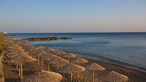 Am Strand, Liegestühle, Sonnenschirme, Wasserski