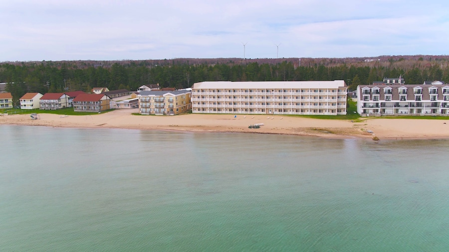 Mackinaw Beach & Bay Inn & Suites