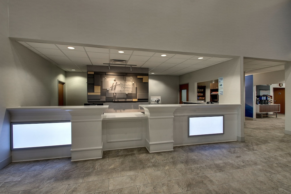 Lobby, Holiday Inn Express & Suites Waukegan
