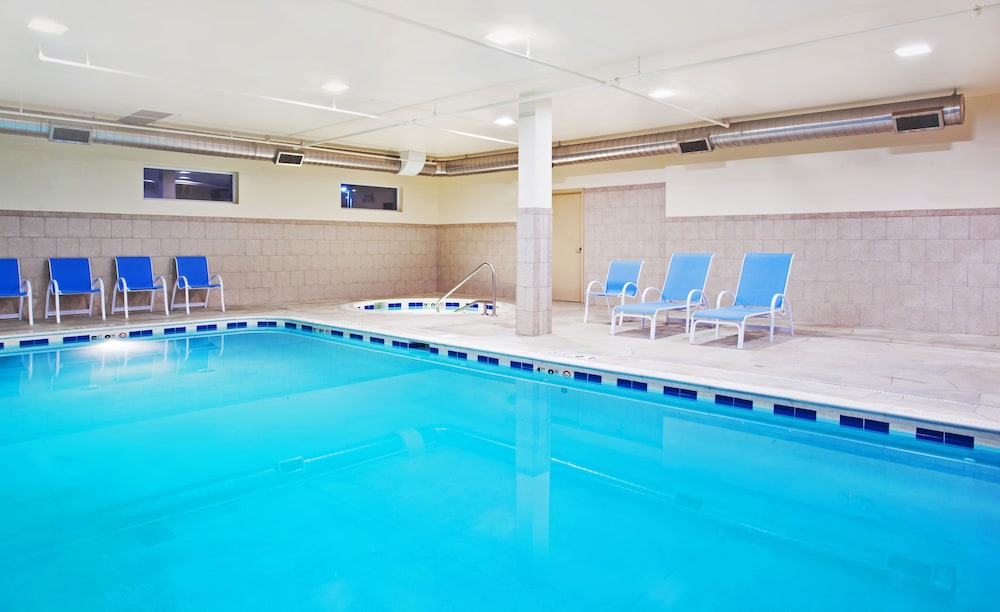 Pool, Holiday Inn Express & Suites Waukegan, an IHG Hotel