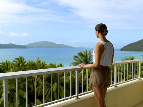 Whitsunday islands accommodation 157 hotels in whitsunday for Hotel balcony