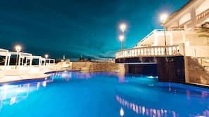 실내 수영장, 야외 수영장, 10:00 ~ 20:00 오픈, 수영장 파라솔, 일광욕 의자