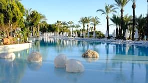 Piscine couverte, 4 piscines extérieures, chaises longues