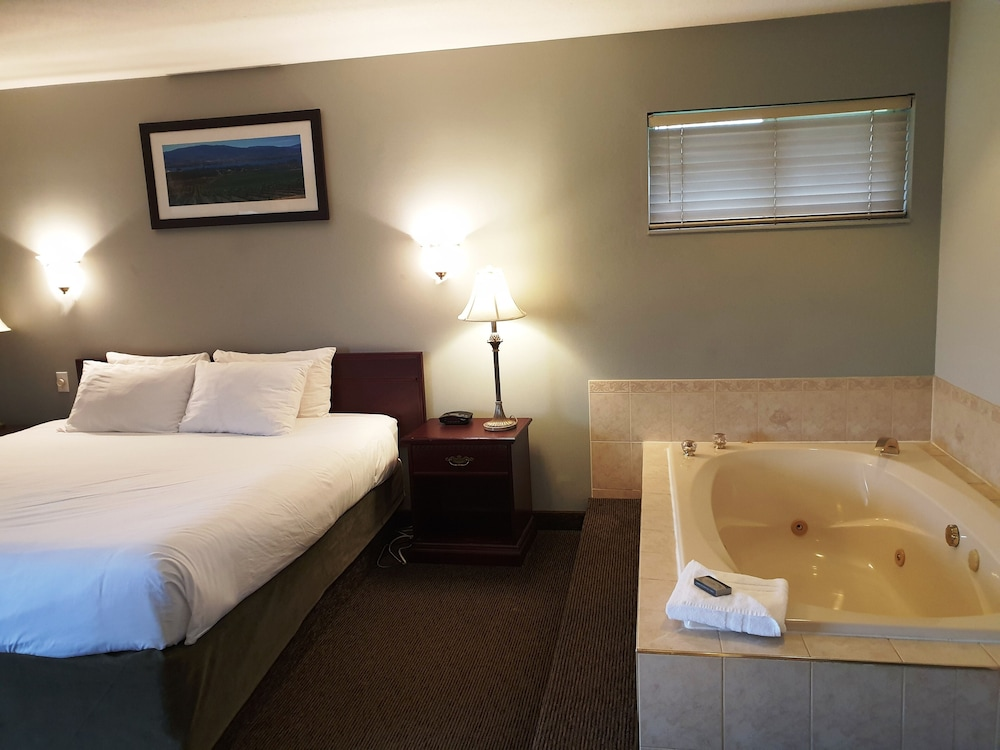 Jetted Tub, Riverland Inn & Suites