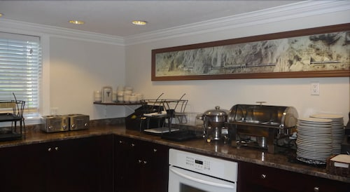 Breakfast Area, Riverland Inn & Suites
