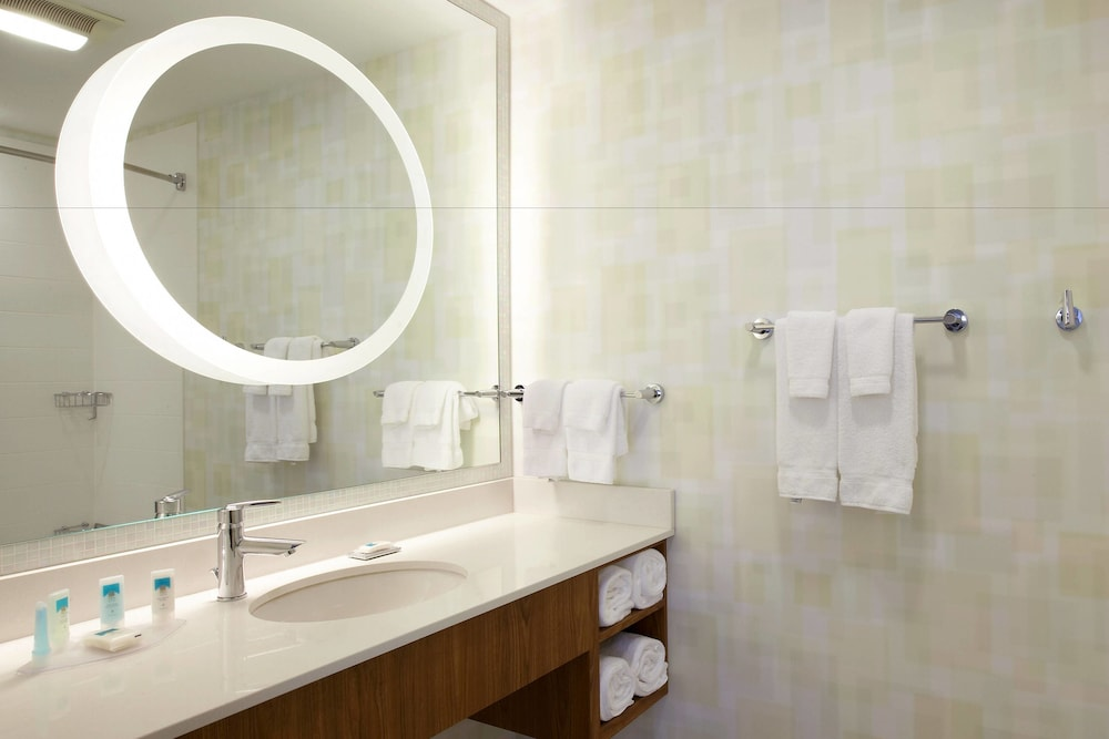 Bathroom, SpringHill Suites by Marriott Chicago Waukegan/Gurnee