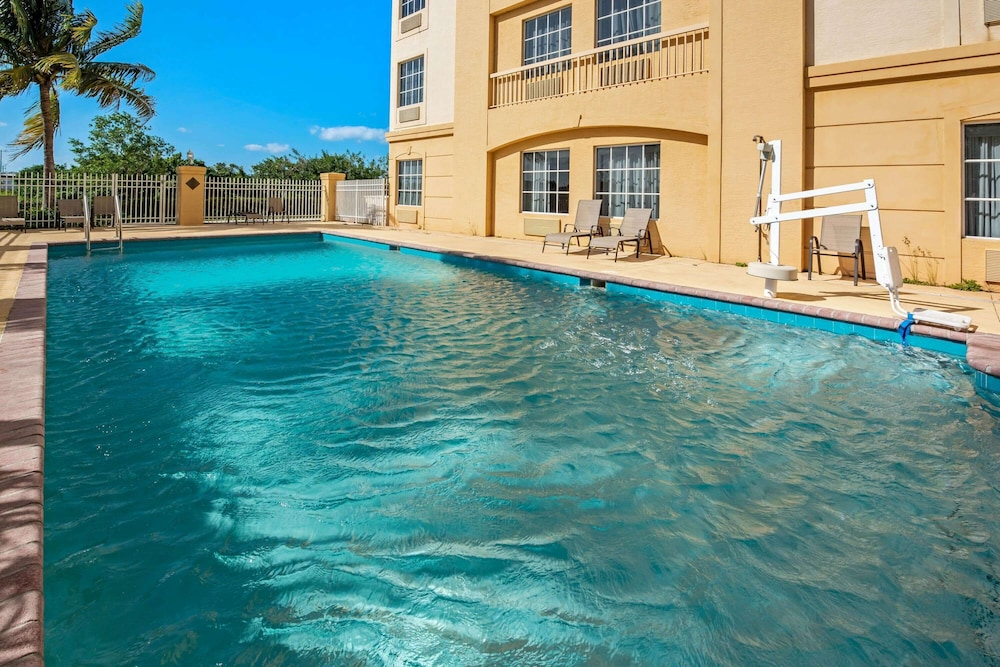 Pool, La Quinta Inn & Suites by Wyndham Ft. Pierce