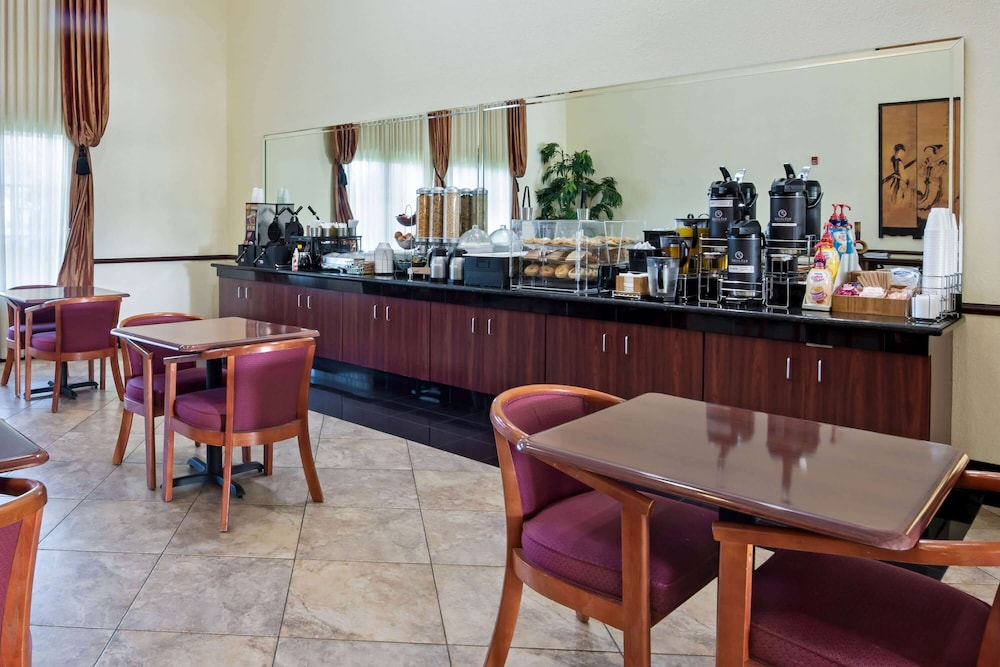 Breakfast Area, La Quinta Inn & Suites by Wyndham Ft. Pierce