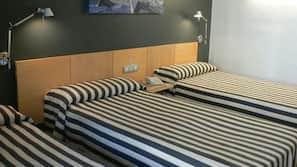 Minibar, caja fuerte, escritorio y tabla de planchar con plancha