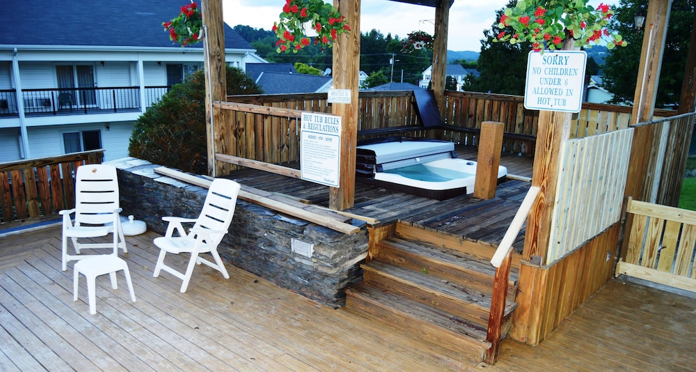 Outdoor Spa Tub, Hollow Inn and Motel