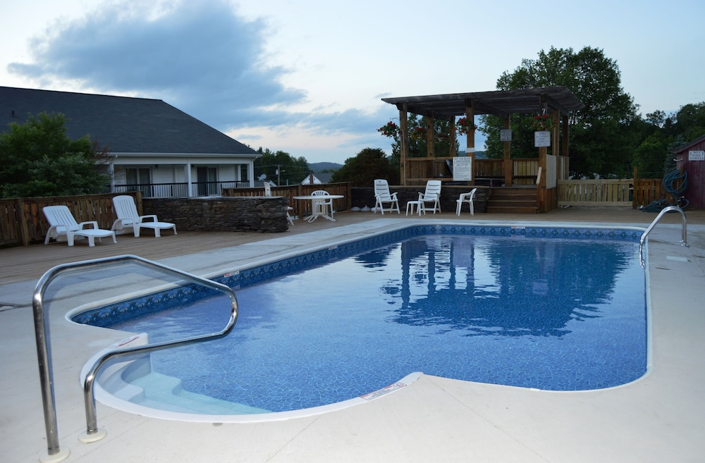 Outdoor Pool, Hollow Inn and Motel