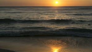 Playa privada, cabañas de playa, tumbonas y sombrillas