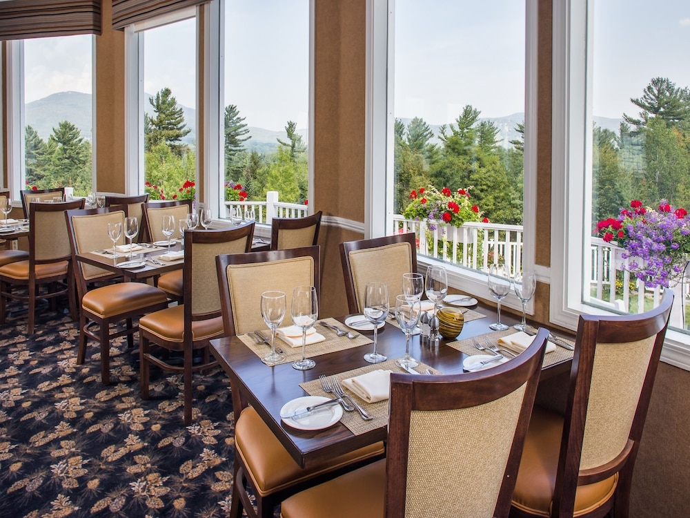 Couples Dining, The White Mountain Hotel & Resort