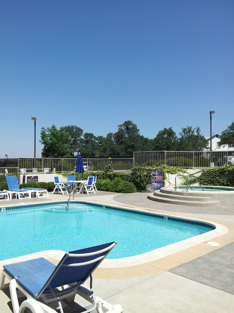 Outdoor Pool, Lodge At Feather Falls Casino
