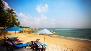 Bãi biển riêng, dù trên bãi biển, khăn tắm biển, massage trên bãi biển