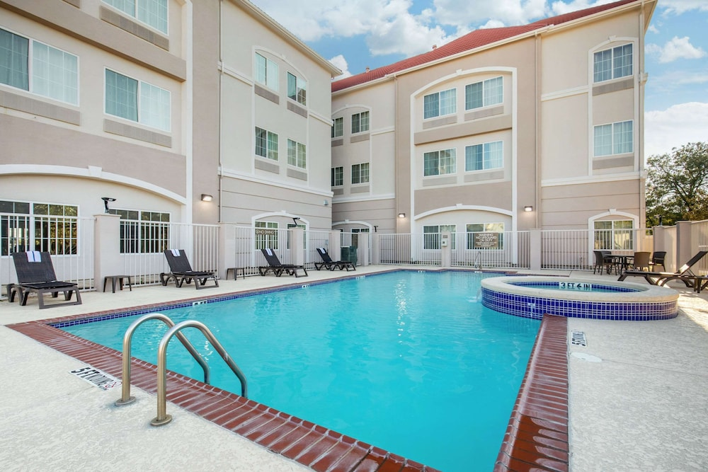 Pool, Comfort Inn & Suites Cedar Hill Duncanville