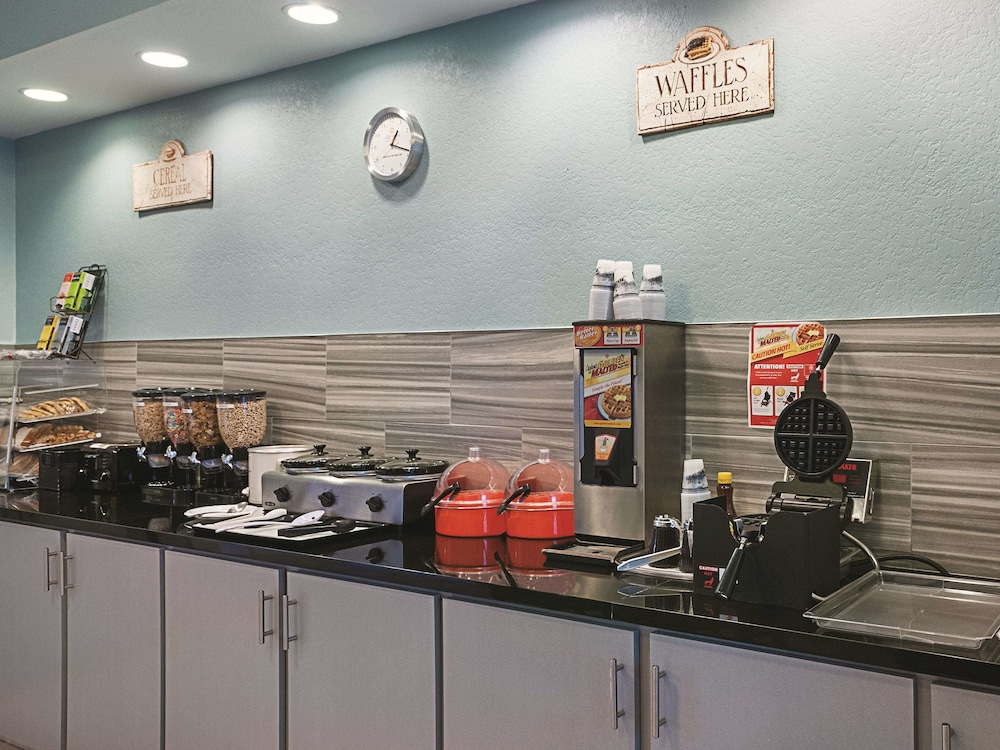 Breakfast Area, La Quinta Inn & Suites by Wyndham Slidell - North Shore Area