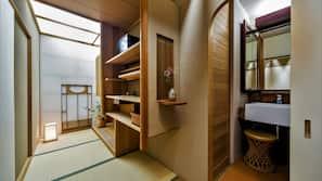 房內夾萬、書桌、窗簾、床單