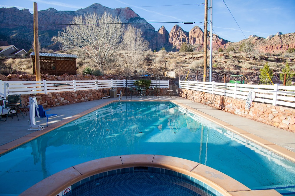 Outdoor Pool, Pioneer Lodge
