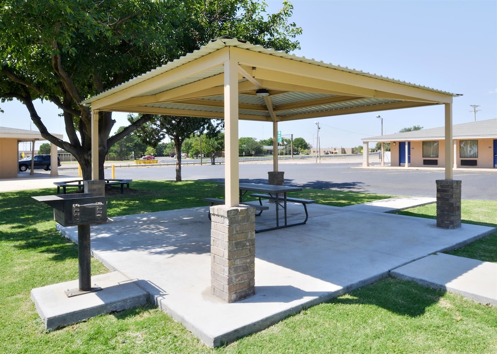 BBQ/Picnic Area, Americas Best Value Inn Lubbock E