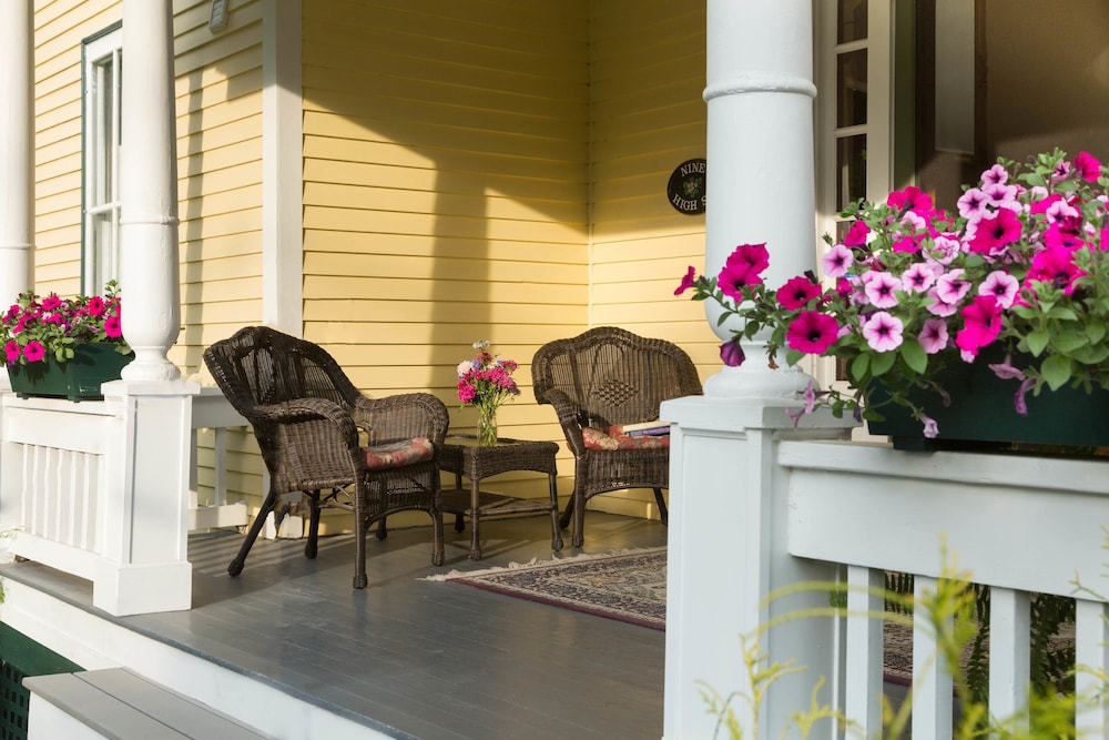 Porch, Hawthorn Inn