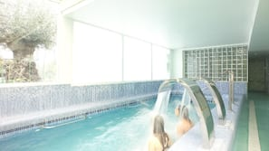 Una piscina al aire libre, una piscina con cascada