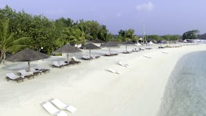 Plage privée, sable blanc, cabines gratuites, chaises longues