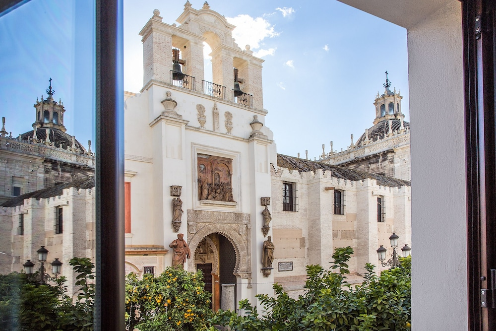 Book puerta catedral apartments seville hotel deals for Puerta catedral suites