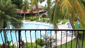2 piscinas al aire libre (de 8:00 a 22:00), sombrillas, tumbonas