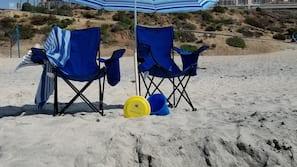 Am Strand, weißer Sandstrand, Strandtücher, Yoga