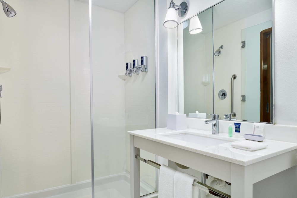 Bathroom, Four Points by Sheraton Jacksonville Baymeadows