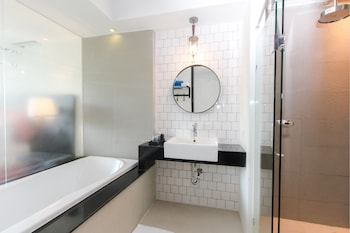 Deluxe Room, Pool Access (Free Minibar-Daily Refill) - Bathroom