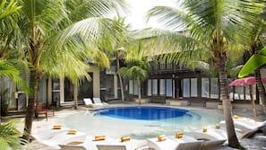 5 piscine all'aperto, ombrelloni da piscina, lettini