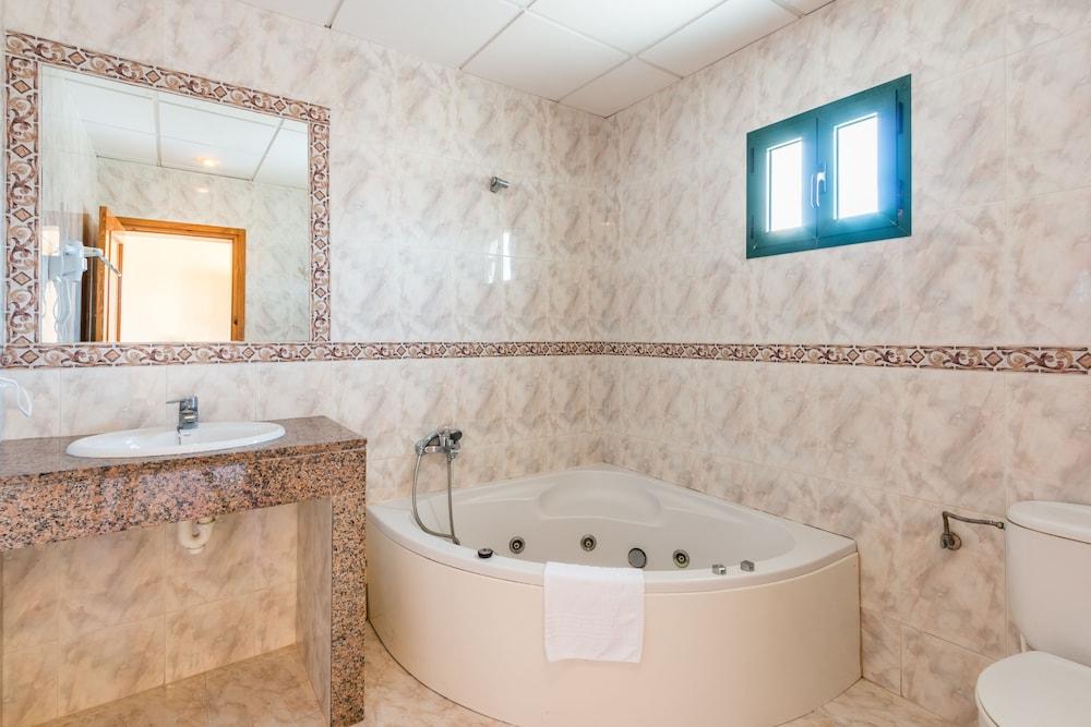 Apartamentos cabo ba os minorque espagne - Cabo de banos ...