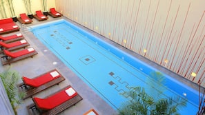Piscina interna, piscina externa, espreguiçadeiras