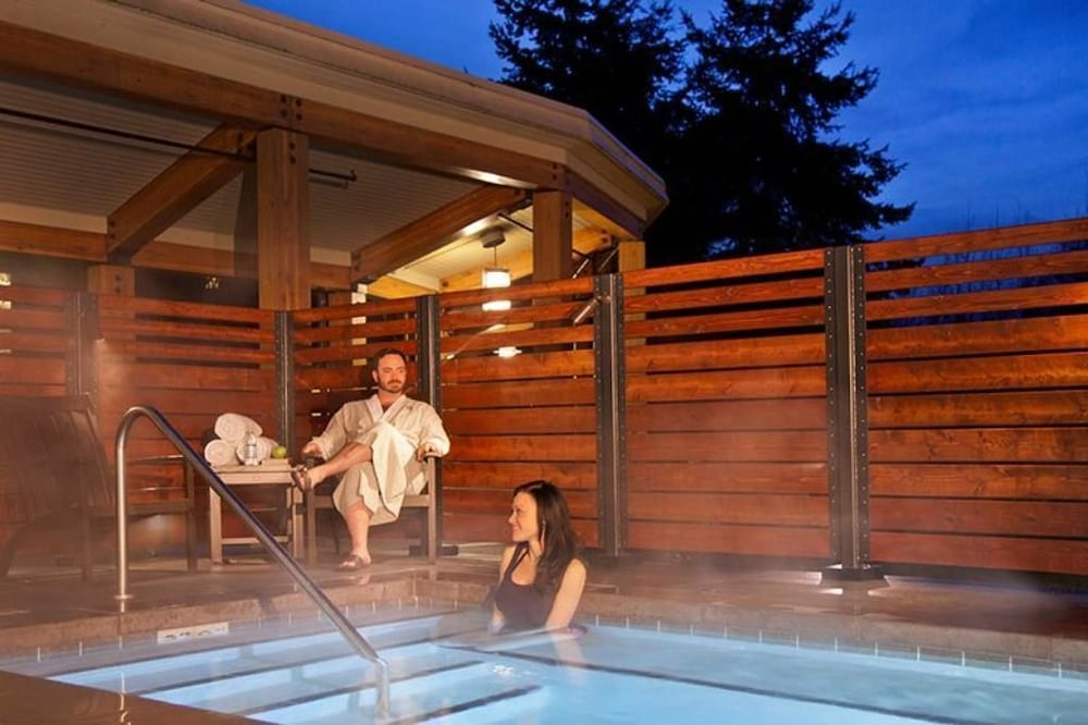 Outdoor Spa Tub, Cedarbrook Lodge