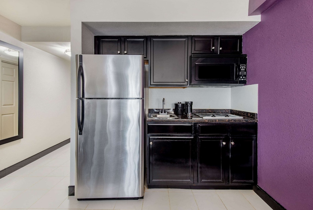 Private Kitchen, La Quinta Inn by Wyndham West Long Branch