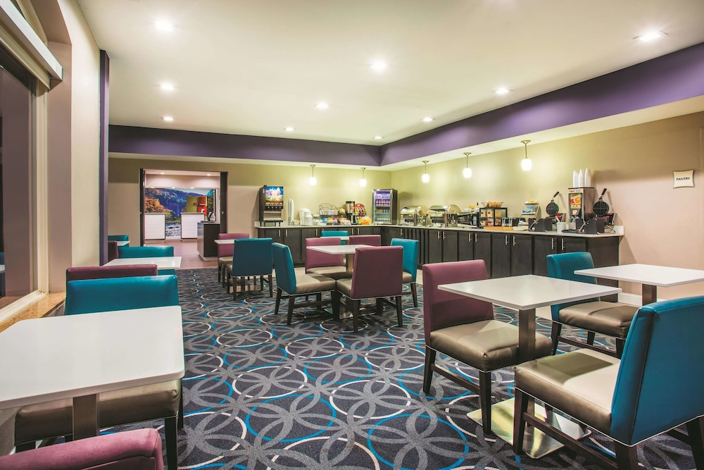 Breakfast Area, La Quinta Inn & Suites by Wyndham Russellville