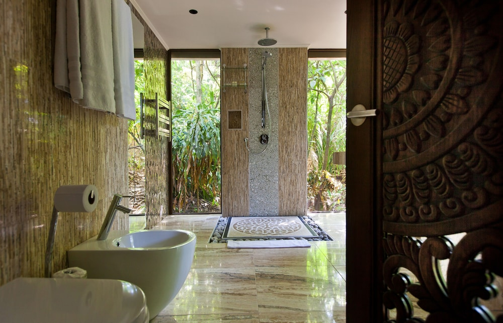 Bathroom, Makanda by the Sea