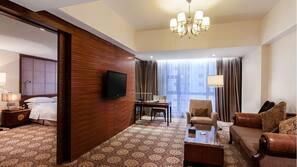 Select Comfort 床墊、房內夾萬、書桌、窗簾